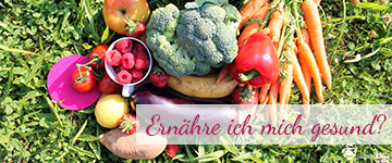 Gemüse und Obst auf Wiese.