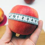 Gesund abnehmen - Apfel und Maßband