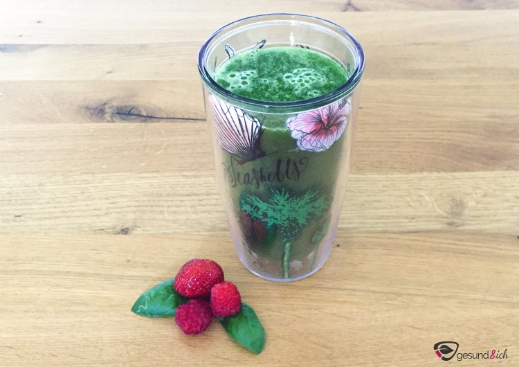 Grüner Smoothie mit Spinat und Pfirsich als gesunde Frühstücksmahlzeit.