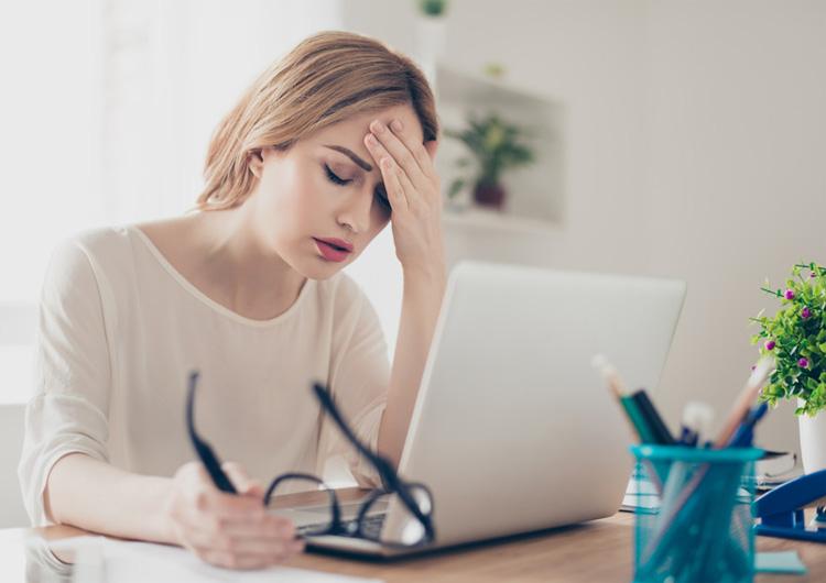 Negative Einflüsse können sich auf die Gesundheit auswirken und Symptome wie Kopfschmerzen können auftreten.
